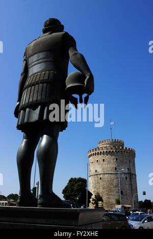 Memoriale del re greco Philippe (Philippos) di Macedonia guardando la torre Bianca di Salonicco, Macedonia, Grecia Foto Stock