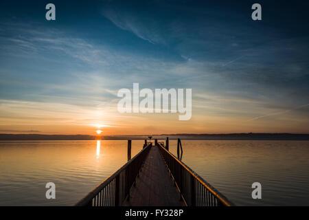 Sunrise al dock, Utting, Baviera, Germania Foto Stock
