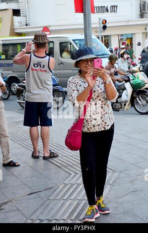 Viaggiatore utilizza lo smartphone scatta foto di traffico di Saigon city il 22 gennaio 2016 in Ho Chi Minh, Vietnam Foto Stock