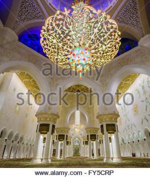 La preghiera principale sala del lampadario in Sheikh Zayed grande Moschea di Abu Dhabi Foto Stock