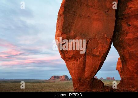 La luminosità del tramonto su Arco a goccia in Utah's Monument Valley Tribal Park. Foto Stock