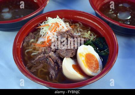 Giapponese zuppa di noodle al piatto Ramen servito sulla tavola di ristorante. Foto Stock
