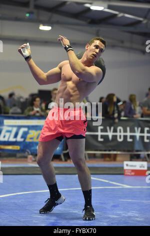 Croce montare la concorrenza concorrente maschio sforzo determinato sabbia rosa a sfera pantaloncini, busto, muscoli Foto Stock