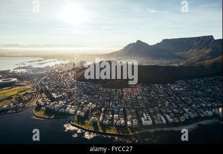 Birds Eye vista della città di cape town con edifici su acqua anteriore su una luminosa giornata di sole. Vista aerea di Cape Town City.