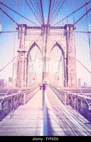 Vintage tonica sfocata foto verticale del Ponte di Brooklyn, New York. Foto Stock
