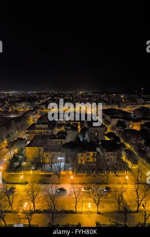 Vista della città di Rimini di notte