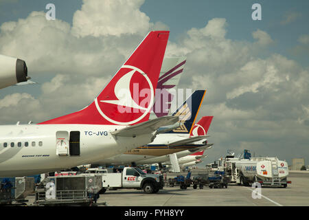 Aerei di linea su asfalto presso l'aeroporto di Istanbul, Turchia. Aeromobile dal Turkish Airlines, Qatar Airlines Foto Stock