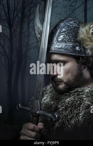 La pace, Viking warrior, maschio vestiti in stile barbaro con la spada, barbuto Foto Stock