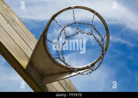 Cerca fino a basket o netball hoop Foto Stock