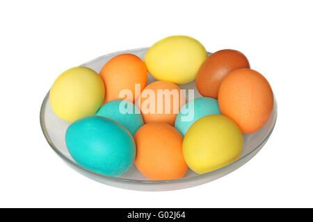 Uova colorate in recipiente di vetro. Isolato su bianco Foto Stock