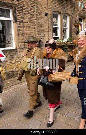 Regno Unito, Inghilterra, Yorkshire, Haworth 40s Weekend, Main Street, matura in tempo di guerra il costume, a piedi giù per la collina