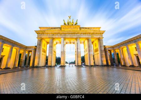 Brandenburger Tor (Porta di Brandeburgo a Berlino Germania di notte. Foto Stock