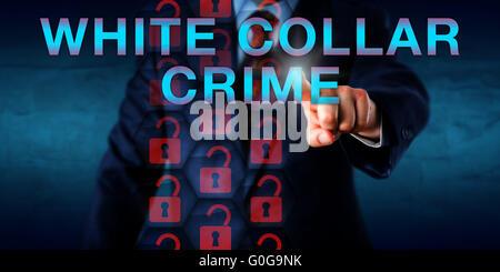 Detective premendo White Collar Crime sullo schermo Foto Stock