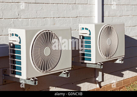 Due di recente installato le unità aria condizionata montato sulla parete Foto Stock