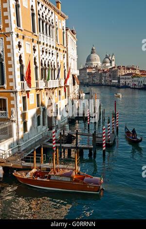 Vista di Santa Maria de la salute dal ponte Accademia con il Canal Grande con la gondola e gondoliere, Venezia, Foto Stock