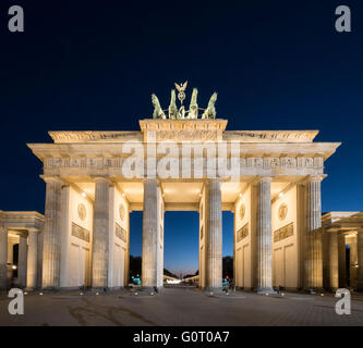 La Porta di Brandeburgo in serata a Berlino Germania Foto Stock