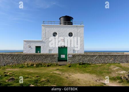Bamburgh lighthouse sopra rocce Harkness tra Bamburgh e Budle Bay