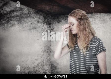 Immagine composita della donna bionda con mal di testa pizzicando il suo naso Foto Stock