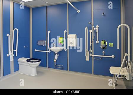 Sedile Doccia Disabili : Disabili sala doccia con sedile e rampa con bianco e finiture in