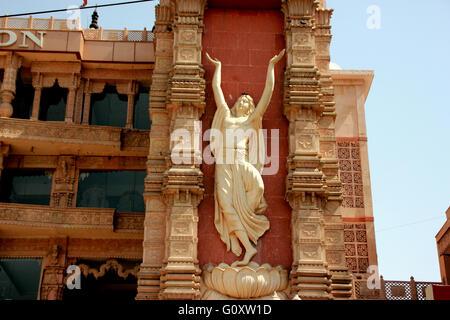 Tempio ISKCON Noida, Uttar Pradesh, India, magnifico tempio dedicato al dio Krishna con il carro d'Oro sulla piattaforma Foto Stock