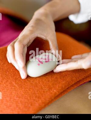 Donna ricevere massaggio tibetano presso il centro termale di Ananda, Ananda in Himalaya, Narendra Nagar, Tehri Foto Stock