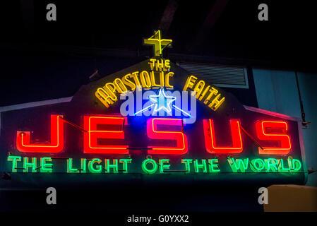 Gesù nella fede apostolica, vintage insegna al neon MOV, Museo di Vancouver, Vancouver, British Columbia, Canada Foto Stock