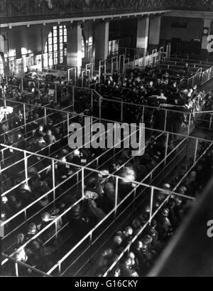 """Titolo: """"emigranti in penne ad Ellis Island, New York, probabilmente su o in prossimità di Natale, nota le decorazioni, Foto Stock"""