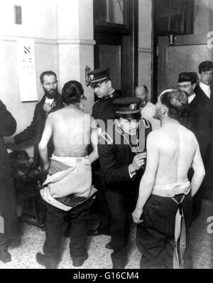 """Titolo: """"i medici di esaminare un gruppo di ebrei immigrati, 1907. """" Fotografia mostra gli immigrati si sono riuniti Foto Stock"""