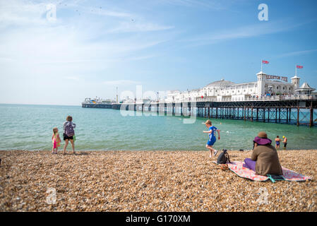 Vista del Molo di Brighton su una soleggiata giornata di primavera dalla spiaggia Foto Stock