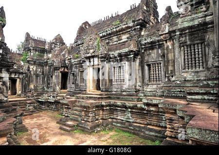 Angkor Wat è un complesso tempio in Cambogia e il più grande monumento religioso nel mondo.