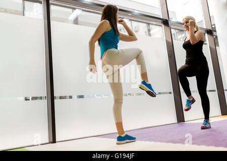 Belle Donne di stiramento e di esercitare nel fitness club Foto Stock