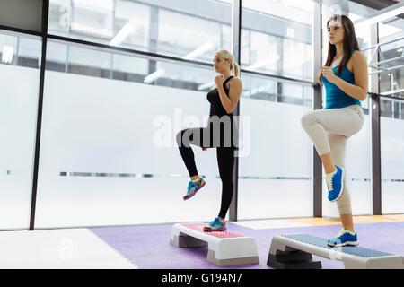 Belle Donne esercizio di aerobica in Nizza fitness club Foto Stock