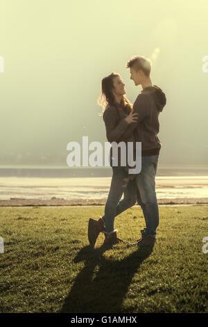 Felice amore romantico giovane al lago abbracciando e fissando ogni altro amore e le relazioni di concetto Foto Stock