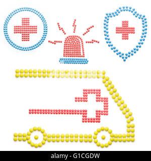 Creative medicina e sanità concetto fatta di droghe e pillole di emergenza ambulanza con sirena isolato su bianco. Foto Stock