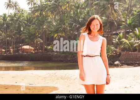 Donna sulla spiaggia a sud di Goa, India Foto Stock