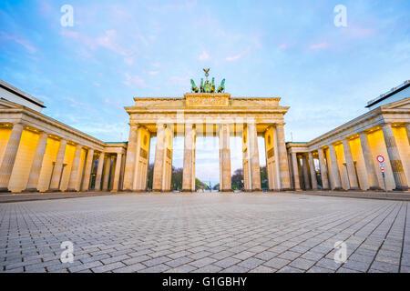 Bel cielo con la Porta di Brandeburgo a Berlino Germania di notte. Foto Stock