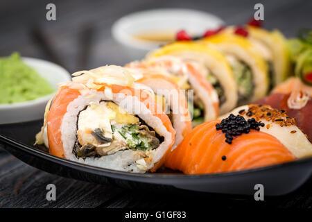 Rotolo di sushi materie makki cibi freschi frutti di mare susi - immagine di stock Foto Stock