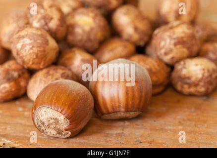 Le nocciole su un tavolo di legno top Foto Stock