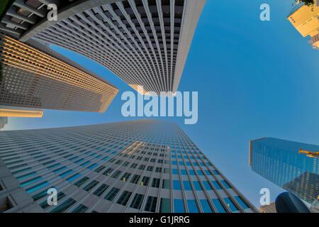 Verso l'alto fisheye foto dei grattacieli di Tokyo Foto Stock