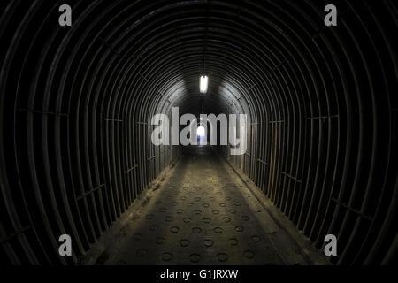 Una vista verso il basso un tunnel Foto Stock