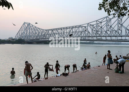 La gente la balneazione sul Fiume Hooghly vicino a quella di Howrah Bridge in Kolkata, India. Foto Stock