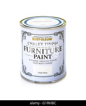 Ruggine-oleum gessoso mobili di finitura di vernice su uno sfondo bianco Foto Stock