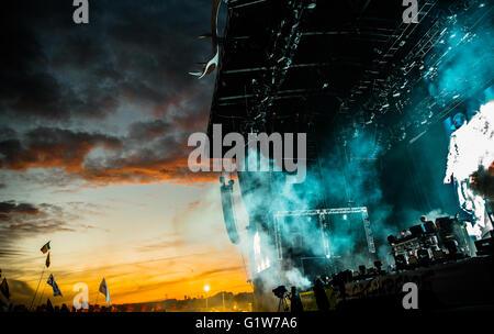 La Chemical Brothers sull'altro stadio a Glastonbury Festival Foto Stock