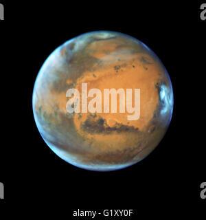 Luminose, frosty calotte polari e nuvole sopra una vivida di color ruggine rivelano paesaggio Marte come una dinamica Foto Stock
