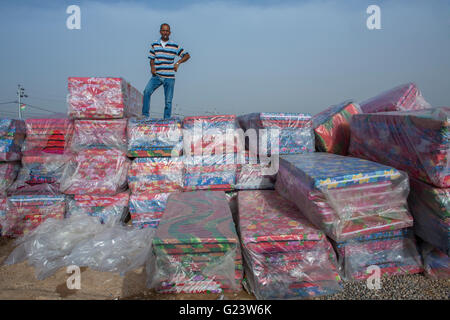 Non alimento la distribuzione a 8000 internamente sfollati iracheni in Khanaqin Refugee Camp Iraq settentrionale Foto Stock