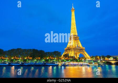 Bellissima vista illuminata dalla torre Eiffel al tramonto, Parigi, Francia Foto Stock
