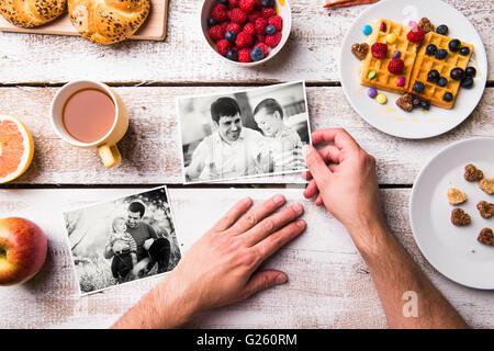 Padri giorno composizione. Foto in bianco e nero, prima colazione pasto Foto Stock