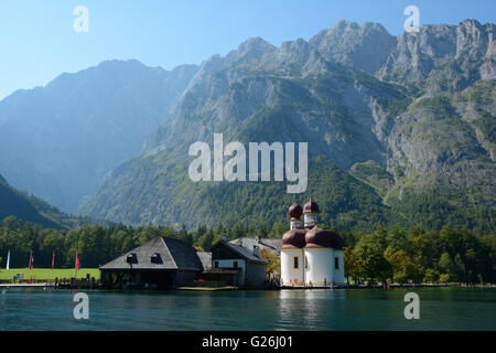 Schonau am Konigssee, Germania - 30 agosto 2015: montagne, San Bartholoma chiesa e altri edifici a lago Koenigssee nelle vicinanze