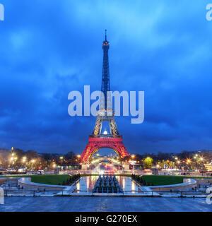 Parigi, Francia - 20 novembre 2015: torre Eiffel illuminata con i colori della nazionale francese di bandiera dopo Foto Stock