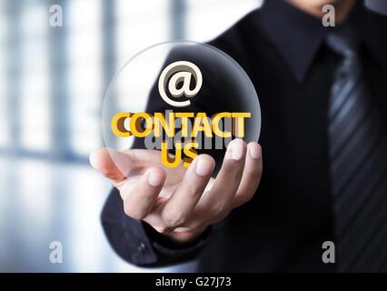 Contattaci simbolo imprenditore in mano, imprenditore mostra 'Contattaci' testo nella sfera di cristallo Foto Stock